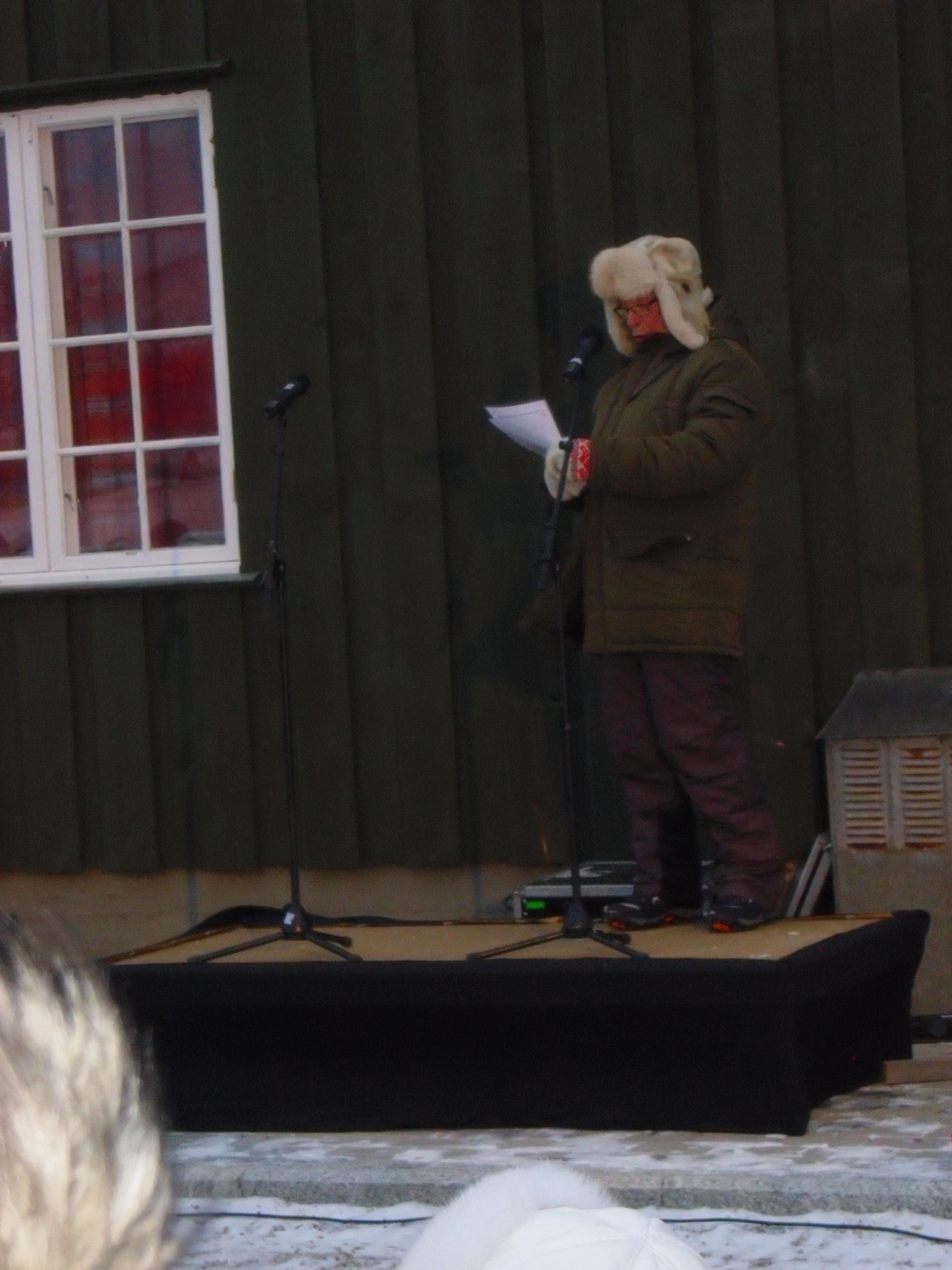 Kjell Ballari, sekretær i Tana historielag, taler ved kirka 24. oktober 2014.