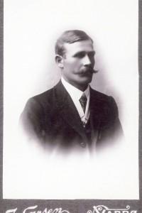 Karl Andreas Jonassen, som han skrev seg, var veiarbeider i 1900. Han var sønn av Jonas Simonsson og Anna Karoline Neumann. Karl var oppvokst i Sandlia og Bonakas og flyttet seinere til Vardø.