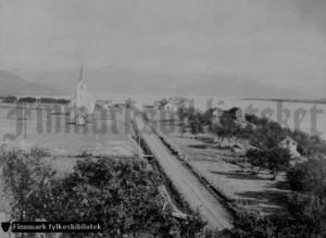 Veien mellom Kaldbaknes og Bonakas ble overlevert høsten 1895. Her går den ganske ferske veien ut fra kommunesenteret Langnes og oppover mot Bonakas.