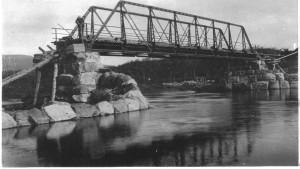 Masjokbrua under bygging våren 1897. Vi ser at elva er flomstor. Brua var av en svært moderne type, med overbygning av jern på steinkar.