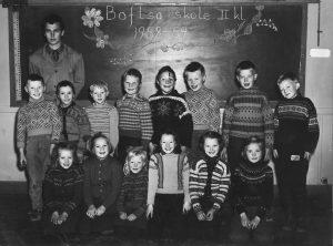 Andre klasse (2.-3. årstrinn) på skolen i Boftsa i skoleåret 1958-59. Bakerste rekke fra venstre: Knut Harald Johnsen, Alf Roald Andersen, Kåre Ballari, Ragnar Berg, Kalle (Karl Wilhelm) Kaspersen, Dag Finn Simonsen, Freddy (Fredrik) Kling, Karsten Rasmussen. Forreste rekke fra venstre: Solveig Lanto, Jorun Narum, Ranveig Lanto, Marit Therese Haugen, Judith Jacobsen, Liv Jorun Rasmussen. Bak: Læreren, Stein Bø Randgård. Bare fem av elevene på bildet bodde ikke i Rustefjelbma.