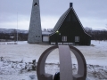 """Minnesmerket """"Erindring"""" sett mot Tana kirke, 25. oktober 2014"""